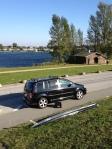 Parken kann man bei Windsurfing Hamburg direkt am Wasser