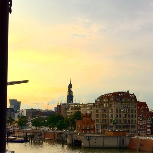 Abendstimmung über Hamburg. Im Hintergrund der Michel.